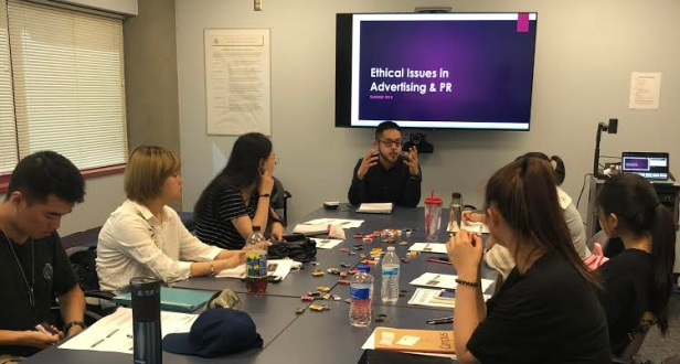 Fresno State MCJ Alumnus Carlos Perez discusses ethical issues in advertising and public relations with Beijing Union University students.