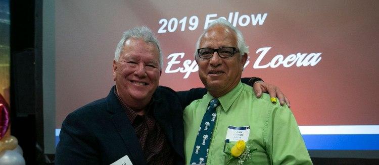 Ronald Orozco present a 2019 Fellows award to Juan Esparza Loera (1978), editor of Vida en el Valle.