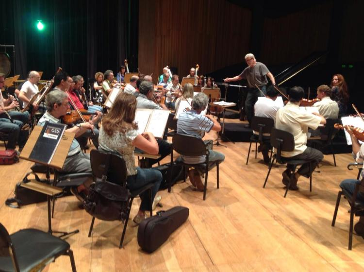 Dr. Jack Fortner directs the UNICAMP Orchestra as they rehearse Beethoven's Concerto nº3
