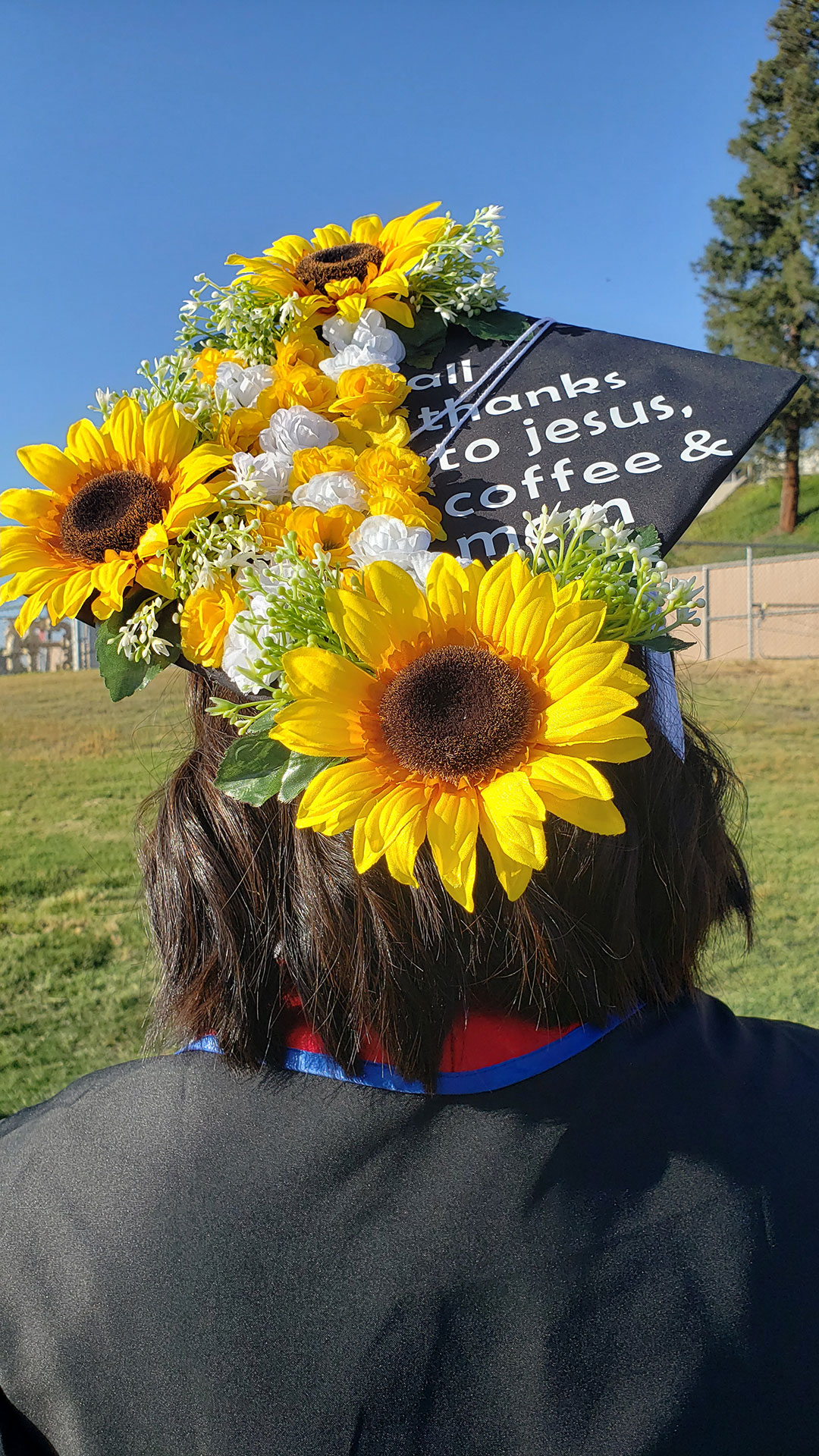 """Grad cap decorated in flowers. """"All thanks to jesus, coffee & mom"""""""